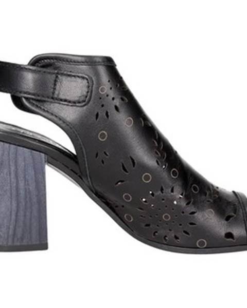 Čierne sandále Pregunta